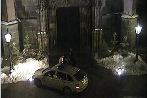 Polonahý muž pred kostolom. Záber je z policajnej kamery.