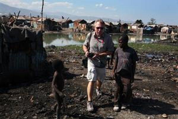 Ľuboš Hrivňák a deti zo slumu Cite Soleil.
