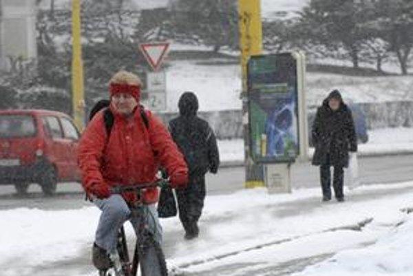 Sneh. Znepríjemnil život Košičanom cestujúcim MHD.