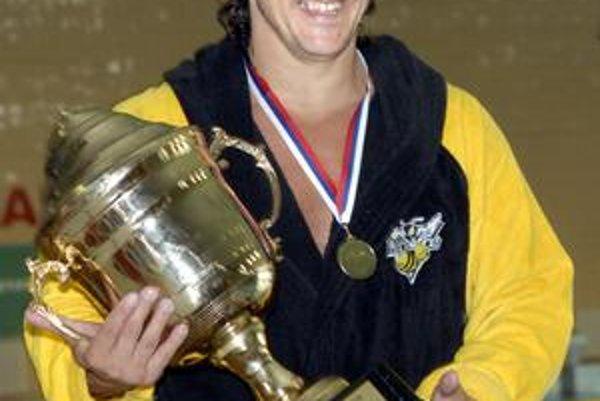 Kapitán ČH Hornets Peter Veszelits s trofejou pre slovenského šampióna.