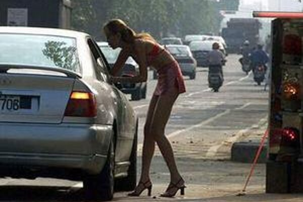 Namiesto sľubovanej práce barmanky ich aj bitkou nútia k prostitúcii