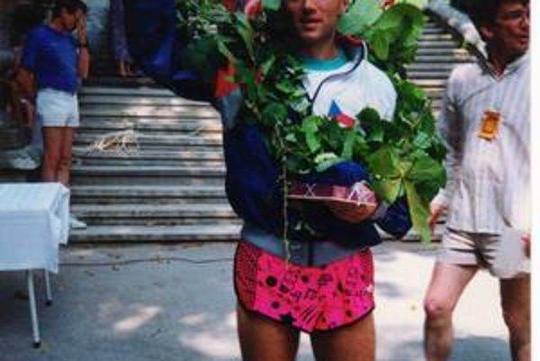 Jozef Pollák s vencom pre víťaza pretekov Svetového pohára v Rakúsku v roku 1992