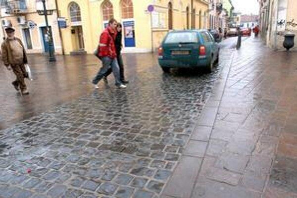 Reklamácia. S dlažbou na prejazde Mlynskou ulicou sa dodávateľ veľmi nechváli a nechvália ho ani motoristi. Nedostatky odstránia v rámci reklamácie.