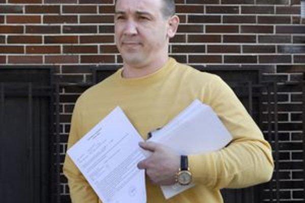 Róbert Okoličány sa dnešné pojednávanie súdu prišiel. Z väzby je von na slobode.