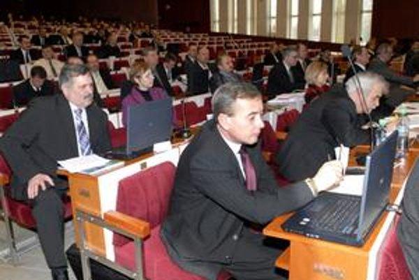 Zastupiteľstvo včera rozdeľovalo. Poslanci schválili aj použitie minuloročného prebytku vo výške 7,2 milióna.