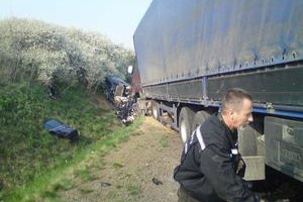 Zrážka. Kamión najprv osobné auto tlačil, potom zlisoval.