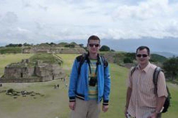 Mesto Oaxaca je UNESCO-m právom zaradené medzi pamiatky kultúrneho dedičstva. Vľavo Peter, vpravo Tomáš.