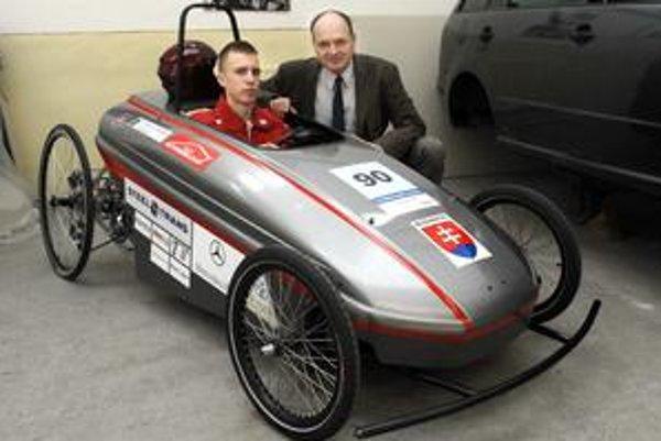 Ešte ho zdokonalia. Peter Vida a jazdec Jakub Kolek sú na elektromobil hrdí.