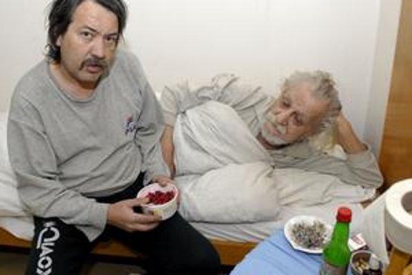 Pán Július s chorým otcom momentálne žijú v ubytovni.