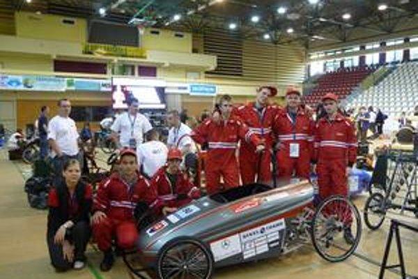 Košický tím so svojim elektromobilom. P. Vida stojí druhý sprava, pilot J. Kolek stojí štvrtý sprava.