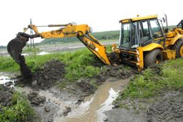 Ťažká technika. Pomocou nej prehĺbili záchytný rigol i koryto potoka.