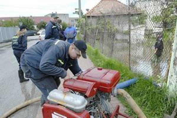 Zásah v Košických Oľšanoch. Pri odčerpávaní pomáhali aj dobrovoľní hasiči z Ploského.