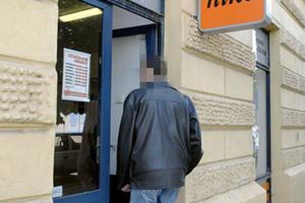 Odniesol si 1 770 eur. Drámu prežili obe pracovníčky stávkovej kancelárie bez zranení.