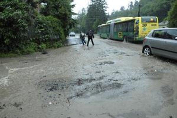 Suchodolinská. Keď zaprší, cestu pokryje voda a blato...