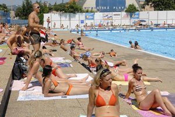 Aj bazény Mestskej plavárne sú plné vody. Takúto pohodu a toľko návštevníkov by si prial prevádzkovateľ už v túto sobotu.