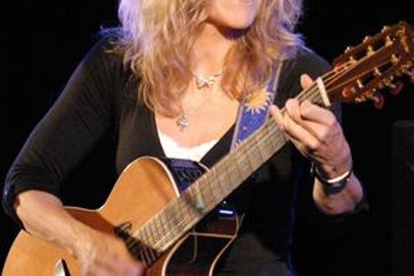 Lenka Filipová. S gitarou dokáže divy.