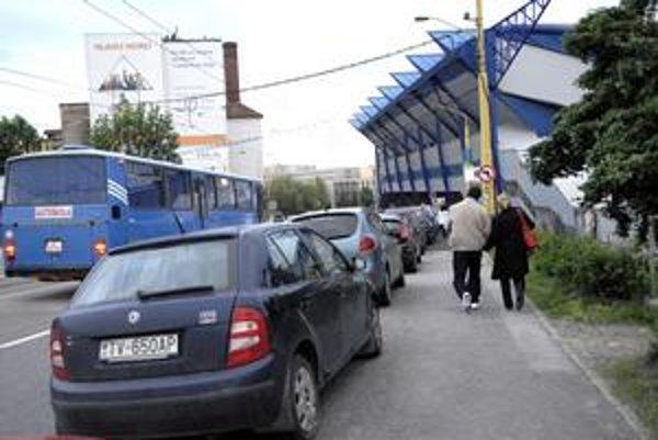 Obrovský problém. Počas veľkých akcií a zápasov sa autá ťahajú až na Moldavskú.