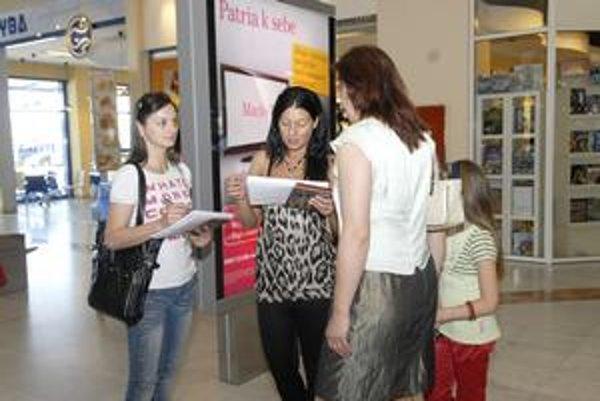 Anketárky Jana a Laura. Naďabili na vychytenú brigádu, v obchodnom centre zisťujú spokojnosť zákazníkov.