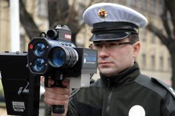 Pritvrdia. Polícia má výkonné radary schopné zamerať vás na jeden kilometer.