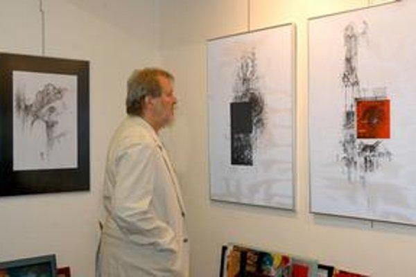 Galérii VEBA. Prepracované kresby ponúka výtvarníčka z Poľska. (len malá fotka Baláža a obrazu na ktorý sa pozerá).