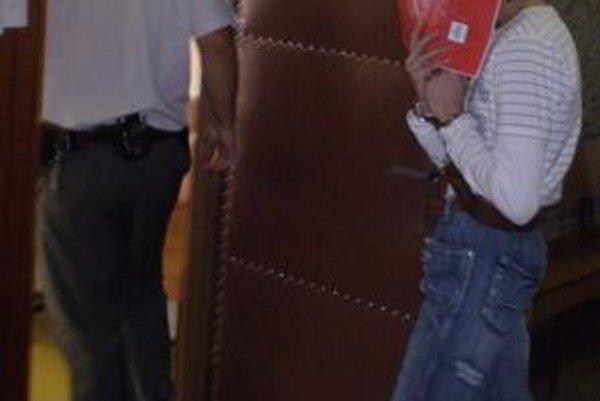 Lukáš B. o publicitu nestál. Pri vstupe do súdnej siene si pred objektívmi fotoaparátov zakryl tvár.