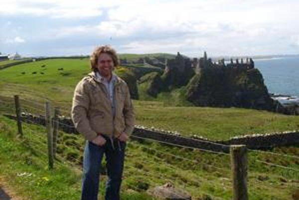 L. Smolko a v pozadí jeden z hradov, aké sú na pobreží Írska a Severného Írska na každom kroku.
