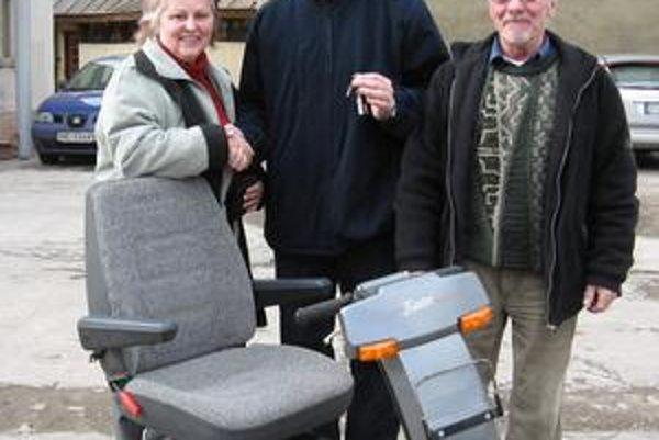 L. Janssen (vľavo) s manželom (vpravo) odovzdala elektrický vozík aj Domovu dôchodcov na Južnej triede.