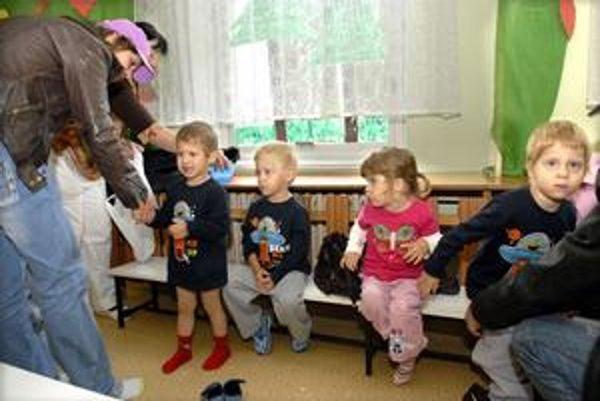 Deti v škôlke. Ak bude tá ich zavretá, môžu navštevovať náhradnú.