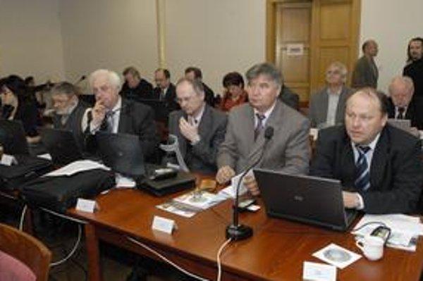 Rozkmotrili sa. Frakcia SMK v zastupiteľstve KSK sa včera zúžila o troch členov, E. Jakab (vpravo) a I. Zachariáš (za ním) si nevedia prísť na meno...