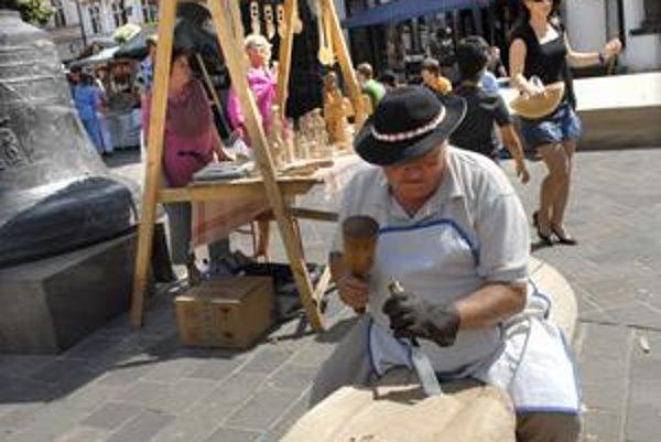 Dokončovanie sochy. Umelecký rezbár Ján Krajčí mal menšie problémy s drevom.