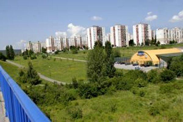 Parkovací dom. Medzi cestou k tenisovému areálu pod Wuppertálskou ulicou a mostom na Moskovskej bude stáť hromadná garáž. Stavať sa má začať na jar budúceho roku.