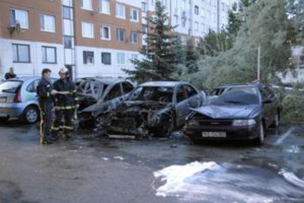 Pohroma. Tri autá na Čordákovej požiar zničil úplne.