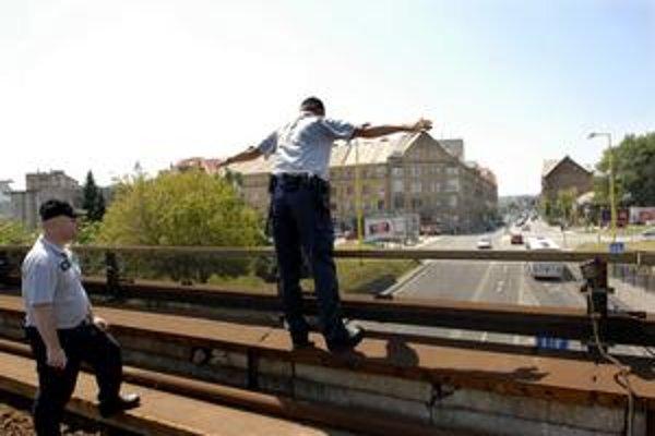 Chcel skočiť. Železničný policajt nám ukázal, ako chcel Dušan skoncovať so životom.
