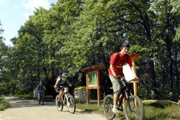Cyklistov pribúda. Čaru cykloturistiky prepadli mladí i dôchodcovia, udržuje vás v kondícii a ste v krásnej prírode.