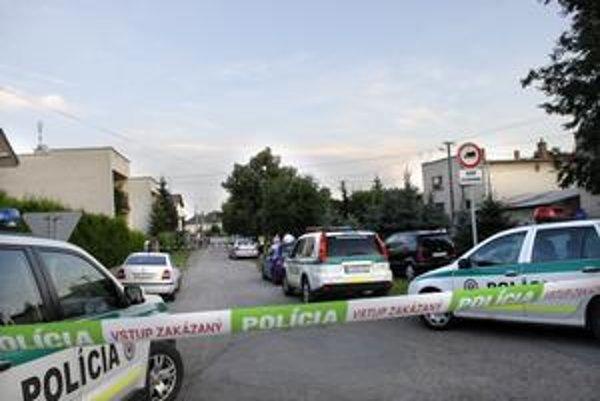 Dve mŕtve telá boli v aute uprostred obce.
