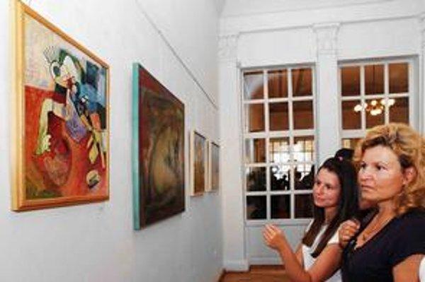 Výstava. Diela na nej prezentuje 23 umelcov.