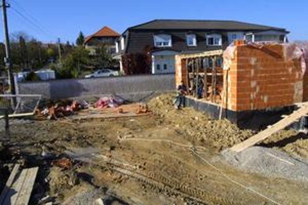 Stavebné práce. Firmy robotníkov často zamestnávajú načierno.