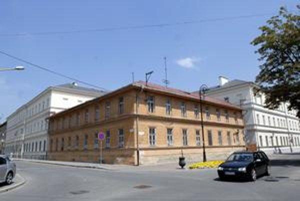 Budova na Zbrojničnej. Zrekonštruovaný objekt sa znova prestavia. Na byty ústavných sudcov.
