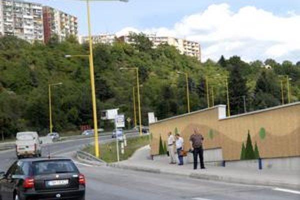 Čakanie na autobus na Sečovskej dvakrát príjemné nie je. Chýbajú tam totiž prístrešky MHD.