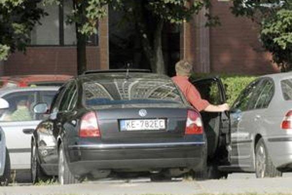 Riaditeľ magistrátu Marek Kolárčik (nominant KDH). Do práce sa necháva voziť služobným autom so šoférom.