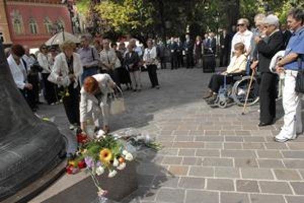 Spomienka-Tragicky zosnulých Košičanov si uctili kyticami a sviečkami.