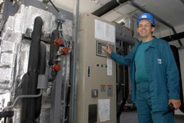 Chlad z teplárne. Mikuláš Baksay ukazuje, kde a akým spôsobom sa bude v TEKO vyrábať chladný vzduch do klimatizácií.