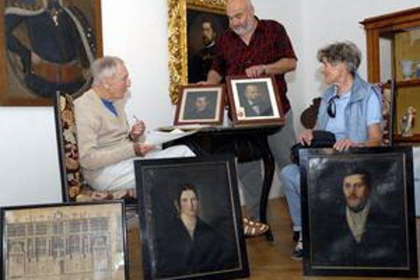 Dezider Vandráček (vľavo) s manželkou odovzdali päticu obrazov riaditeľovi VSM Robertovi Pollákovi.