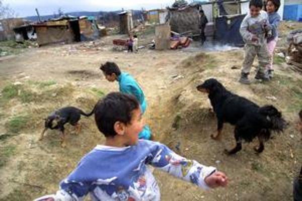 Jedna z nelegálnych rómskych osád. Matka hľadaných detí v takýchto podmienkach býva doteraz.
