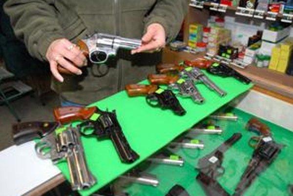 Nelegálne držané zbrane môžu ľudia beztrestne odovzdať.
