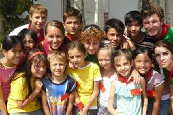 Monika (vľavo v strede) so svojou skupinkou azerbajdžanských detí.