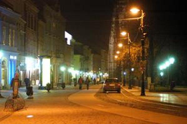Nočné Košice. Prechádzka osvetlenou Hlavnou ulicou vyzerá inak ako tápanie v tme.