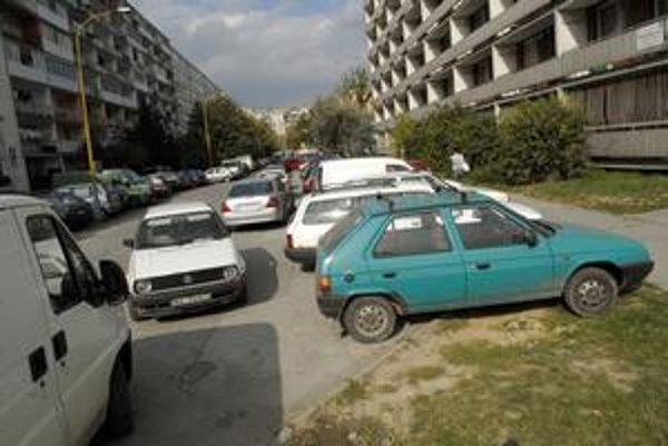 Parkovanie na Inžinierskej. Autá s rôznymi značkami stoja kade-tade. Niektorých netrápi ani to, že blokujú ostatných.
