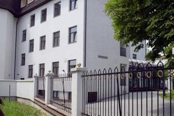 Budova na Jégého. V roku 1996 bola novostavbou. VSŽ napriek tomu za jej rekonštrukciu zaplatili 125 miliónov.