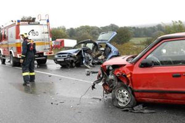Zrážka. Vodiči utrpeli zranenia, odviezli ich do nemocnice.